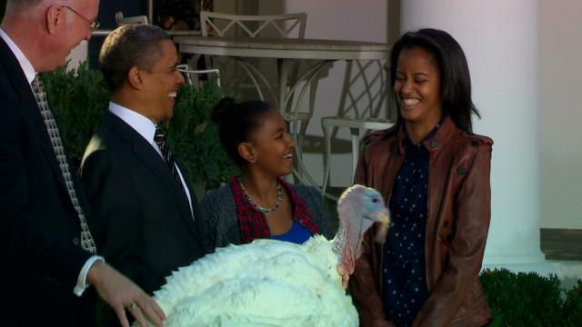Obama cumple con la tradición e indulta dos pavos por Acción de Gracias