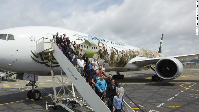 The cast of &quot;The Hobbit&quot; pose with an Air New Zealand Hobbit-inspired jet after arriving in Wellington.
