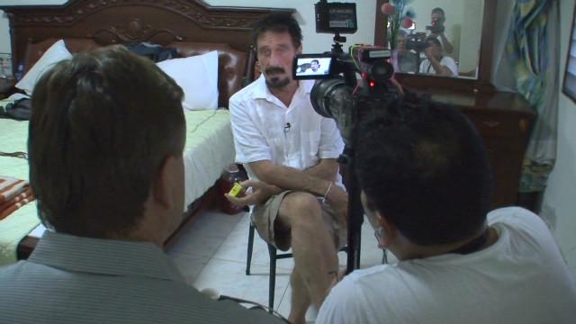 McAfee sale de su escondite para hablar en exclusiva con CNN sobre su huida