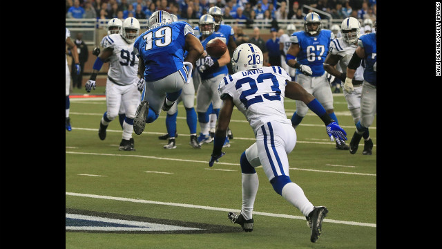 Mike Thomas of the Detroit Lions drops a pass in the end zone in front of Vontae Davis of the Indianapolis Colts on Sunday.