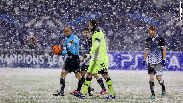 The snow in Zagreb was so bad that players were ordered to leave the pitch and wait in the changing rooms, while groundstaff helped to clear the pitch. Andriy Yarmolenko's 41st minute strike had given the visitors the lead but a 90th minute penalty by Ivan Krstanovi secured a point for Dinamo.