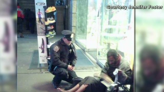 Foto de un policía de Nueva York que compró unas botas a un vagabundo se vuelve viral