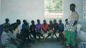 Robert Katende teaches children chess in the Ugandan slum Katwe.\n