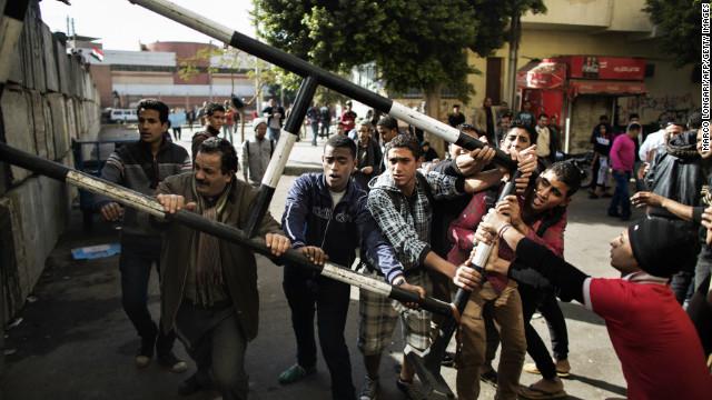 Hombres atacan a opositores al presidente en el centro de El Cairo
