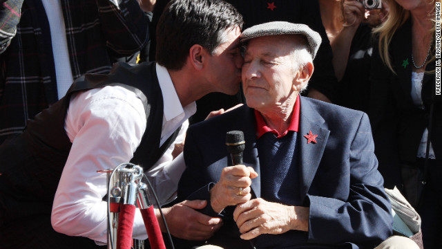 Actor John Stamos, left, kisses Klugman during his induction ceremony on the Hollywood Walk of Fame on November 16, 2009, in Hollywood, California.