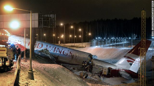 Cuatro muertos al chocar un avión en Moscú