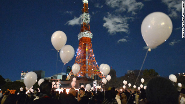 People gather to release balloons during New Year's celebrations at the Prince Park Tower in Tokyo. Some 1,000 balloons containing the visitors' wishes were released.