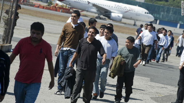 Emiten medida migratoria que beneficia a indocumentados con familiares en EE.UU.