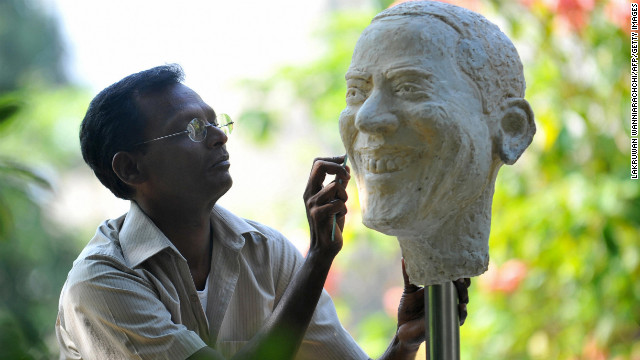 SRI LANKA: Artist Upali Dias adds the final touches to a bust of Obama in Colombo on November 4, 2008.