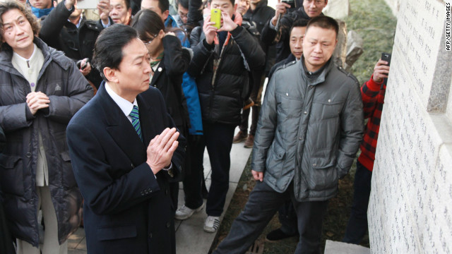 Former Prime Minister Yukio Hatoyama visits the Nanjing Memorial for victims of the 1937 massacre in Nanjing, China, Thursday.