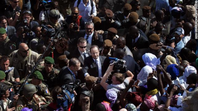 El presidente francés visita Malí tras los triunfos contra los islamistas