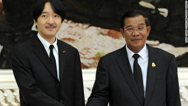 Japanese Prince Akishino (L) shakes hands with Cambodian Prime Minister Hun Sen (R) during their meeting at the Peace Palace in Phnom Penh on Monday.