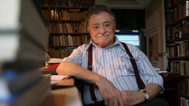 """Descubren dos poemas inéditos de Mario Benedetti """"escondidos"""" en un libro"""