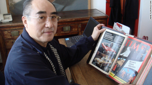 Zhuang Zedong's chance meeting with a U.S. player was instrumental in Beijing's decision to invite the American table tennis team for an exhibition match in 1971. He is pictured here in 2008, looking at a Time magazine cover from 1972.<!-- --> </br>