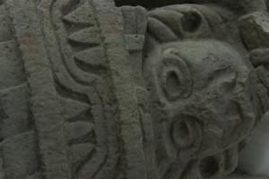 El dios Huehuetéotl incrustado en una pirámide