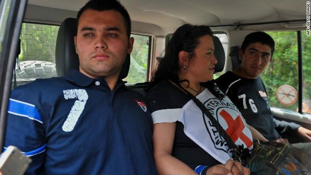 Las FARC liberan a dos policías secuestrados