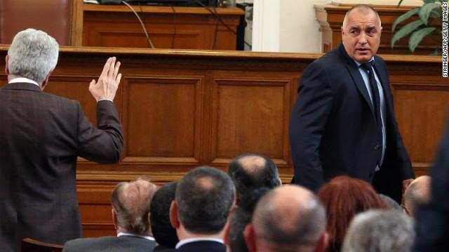 Renuncia el primer ministro de Bulgaria en medio de protestas