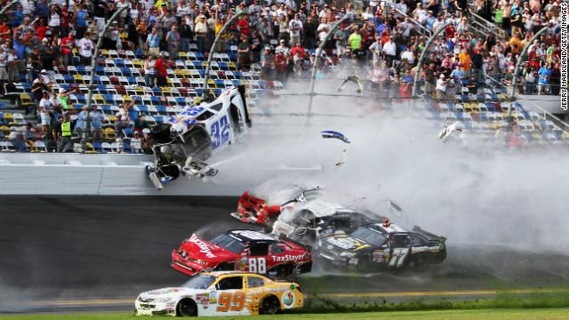Varios espectadores heridos tras choque múltiple en carrera de NASCAR
