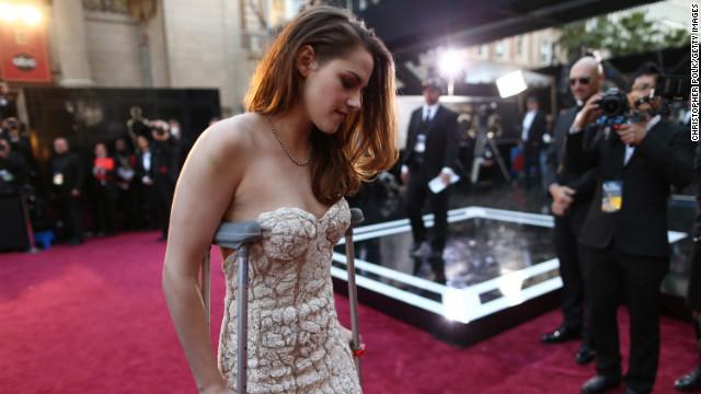 ¿Por qué Kristen Stewart tenía muletas en los Oscar?