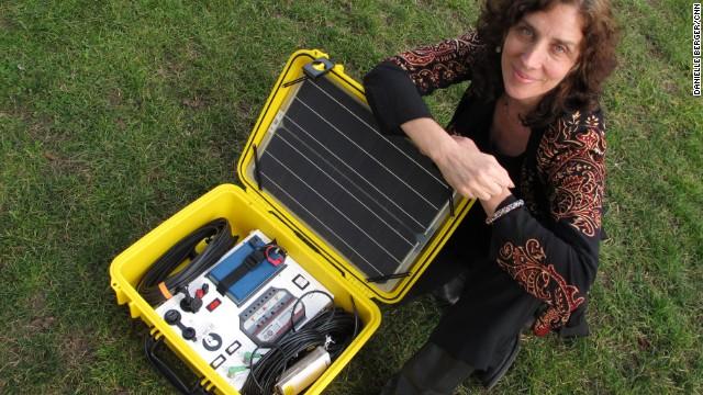 Un maletín solar que 'alumbra' el camino de las mujeres en África