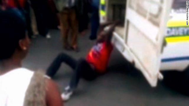 Los policías sudafricanos acusados de arrastrar a un hombre son detenidos