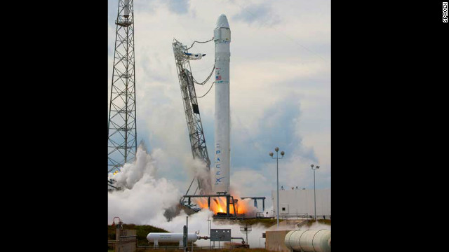 SpaceX 'Dragon' capsule reaches space station