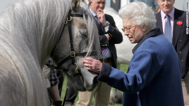 Elizabeth looks at a horse at the Windsor Horse Show in Windsor, England, in May 2011.
