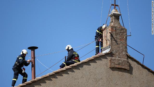 Instalan en la Capilla Sixtina la chimenea que anunciará al nuevo papa