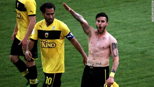 La selección griega expulsa a un futbolista por hacer un saludo nazi