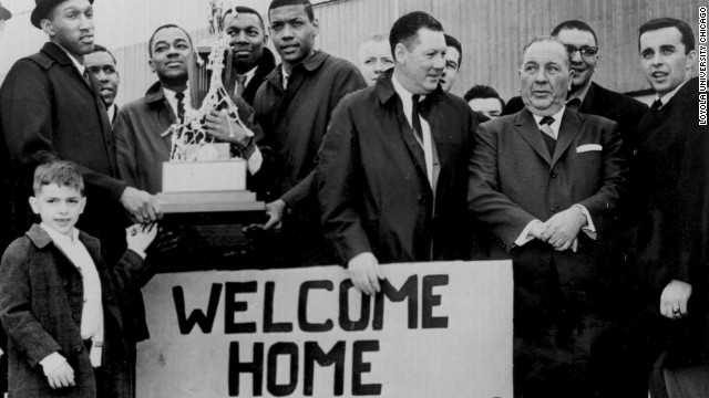Chicago Mayor Richard Daley posed with the team upon its return home from the national championship game.