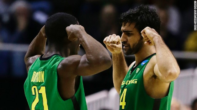 Damyean Dotson, left, and Arsalan Kazemi of Oregon flex during the March 21 game against Oklahoma State.
