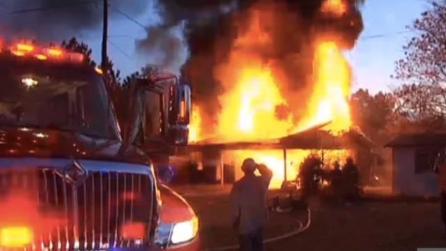 Una mujer quiso quemar una serpiente y terminó incendiando su casa