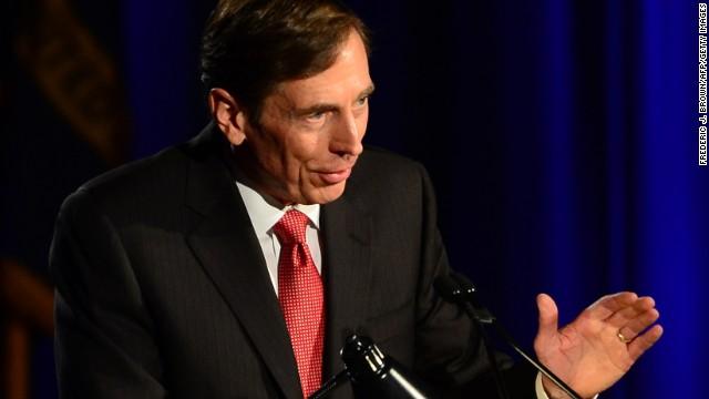 Petraeus pide perdón por escándalo sexual