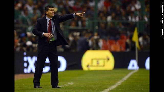 Mexico's coach José Manuel de la Torre yells instructions to his players on the field.