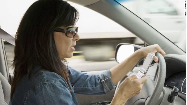 """Los adultos """"textean"""" más que los adolescentes mientras conducen, según encuesta"""