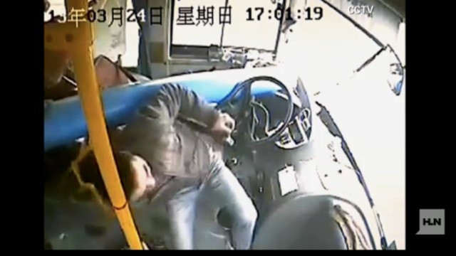 Parada de infarto: un poste de luz golpea un bus lleno de pasajeros en China y...