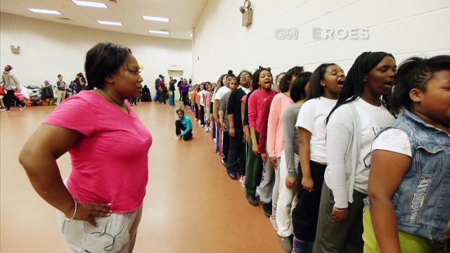 Una mujer aleja a los jóvenes de la violencia al ritmo de la danza