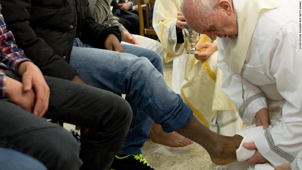 El papa lava los pies a 12 jóvenes presos