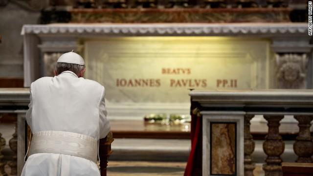 El papa Francisco visita la tumba de Juan Pablo II