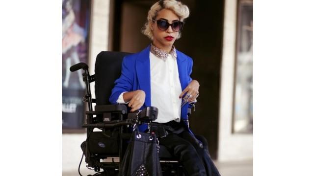 Una joven que vive con estilo a pesar de su discapacidad