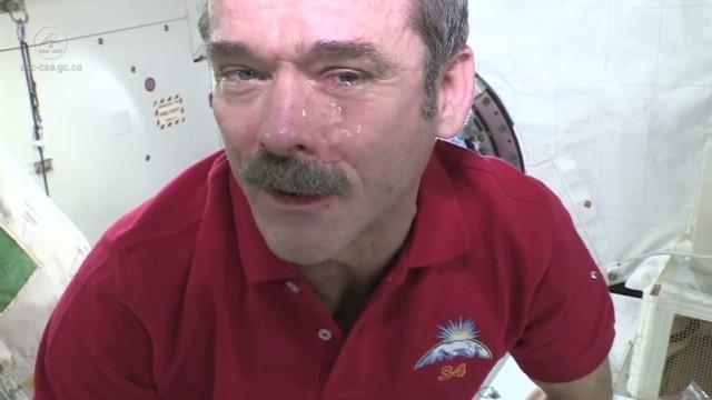 Mira lo que pasa si lloras en el espacio
