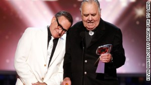 Robin Williams presents the Pioneer Award to actor Jonathan Winters at the TV Land Awards in 2008.