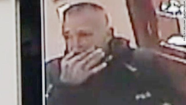 Un ladrón se traga un anillo de compromiso al verse acorralado