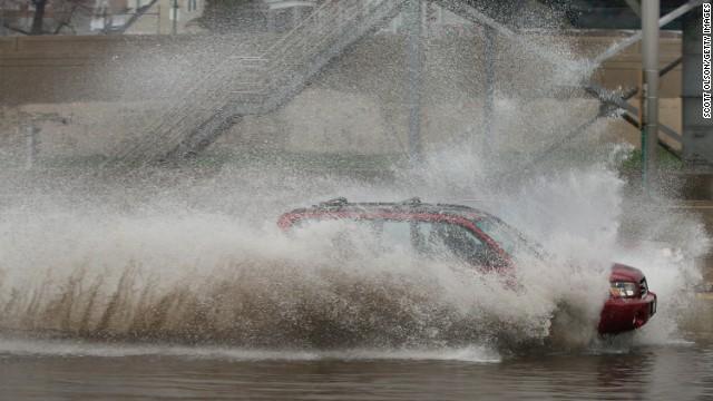 4 die in flooding; many evacuate