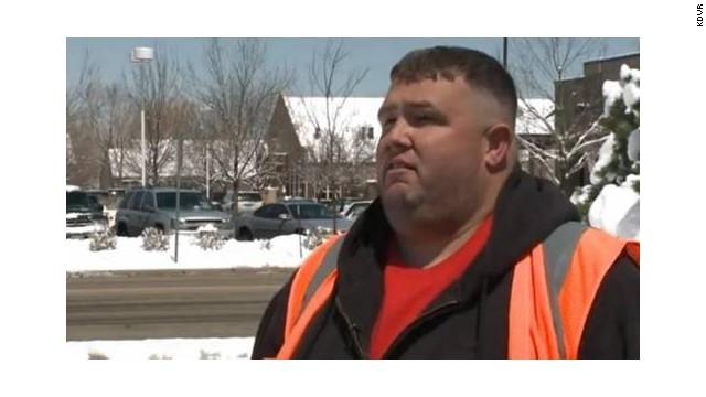 """Pasajero dice que lo sacaron de un vuelo """"como a un criminal"""" por estar gordo"""
