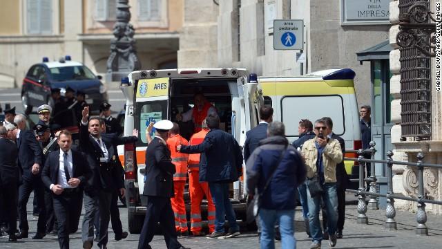 Dos policías y una mujer embarazada, heridos en tiroteo frente a sede del gobierno de Italia