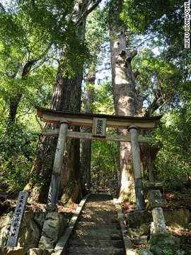 Tsugizakura-oji is one of more than 100 subsidiary shrines along the Kumano Kodo route. The area is known for its natural beauty as well as its frequent precipitation. Travelers often end up hiking in the rain.