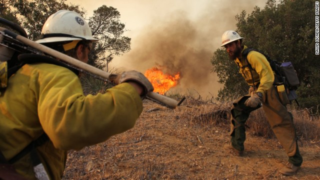 El clima ayuda a combatir el incendio forestal en California