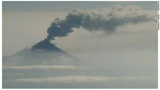 Autoridades mexicanas sobrevuelan el volcán Popocatépetl