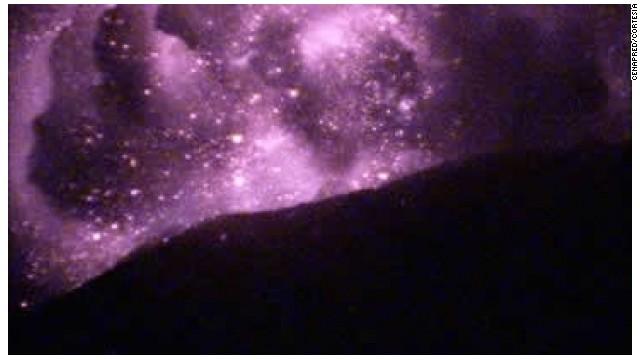 El Popocatépetl expulsa fragmentos incadescentes y una columna de ceniza